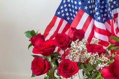 Rosor i heder allra vem serve och offer för USA som föreställt av amerikanska flaggan arkivfoto