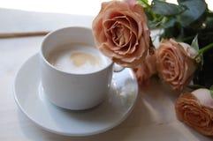 Rosor och kaffe Arkivfoto