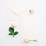 Rosor och pappers- kort för tappning på vit bakgrund Lekmanna- lägenhet, bästa sikt Royaltyfria Foton