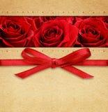 Rosor och röd pilbåge på lådan Royaltyfri Bild