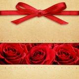 Rosor och röd pilbåge på lådan Royaltyfri Foto