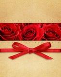 Rosor och röd pilbåge på lådan Arkivfoto