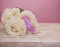 Rosor och rosa medvetenhetband Royaltyfri Bild