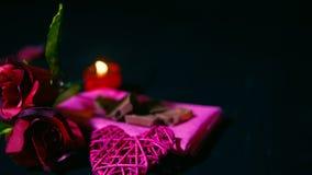 Rosor och stearinljusbränning för söt ögonblicksvalentindag footage