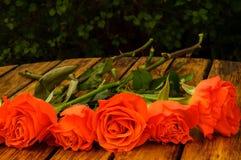 Rosor på en tabell Royaltyfria Bilder