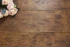 Rosor på lantlig wood bakgrund Arkivfoton