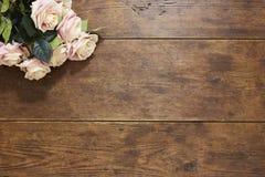 Rosor på lantlig wood bakgrund Arkivbilder