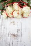 Rosor på trätabellen Royaltyfri Foto