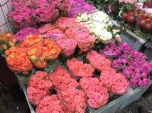 Rosor som är till salu i blommamarknad moscow russia fotografering för bildbyråer