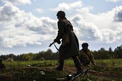 Rosowek Polen, april 23, 2017: Historisk rekonstruktionstrid för Stettin i 1945, röd armé mot Wehrmacht i Rosowek Arkivfoto