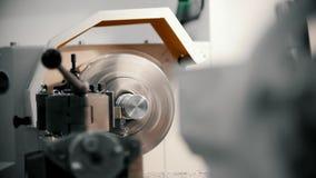 Rosqueamento das peças de metal na máquina do torno na fábrica, lotes de aparas do metal, conceito industrial, vista dianteira video estoque
