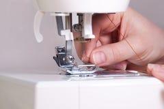 Rosqueando uma agulha em Sewing Mahine Fotografia de Stock Royalty Free