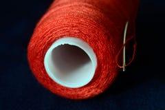 Rosqueie o carretel com profundidade da agulha de campo rasa Imagens de Stock Royalty Free