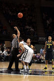 Ross Трэвис положения playersPenn Penn State и Джордан Морган Мичигана скачут для баскетбола для того чтобы начать игру Стоковые Фото