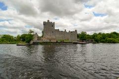 Ross Castle auf der Bank von Lough Leane stockfotografie