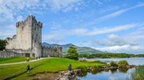 Ross Castle em uma manhã ensolarada, Kerry do condado, Irlanda fotos de stock