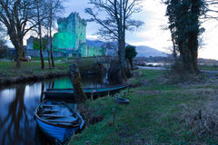 Het kasteel van Ross bij zonsondergang. Killarney. Ierland Stock Fotografie