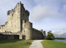 Ross Castle op het eiland en Lough Leane Stock Afbeelding