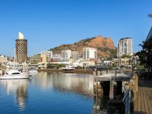 Ross River que corre através de Townsville, Austrália, com o monte do castelo no fundo imagem de stock