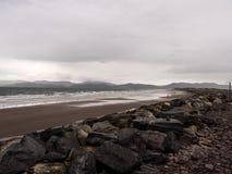 Rossbeigh strand i Irland på en regnig dag fotografering för bildbyråer