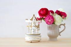 rosses в винтажных лошадях вазы и carousel Стоковые Фотографии RF