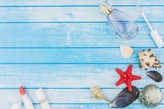 Rossetto della bottiglia di Parfume delle decorazioni delle conchiglie e stella di mare sopra Immagini Stock