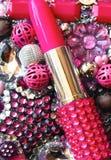 Rossetto di rosa caldo circondato dalle perle Immagine Stock