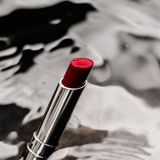 rossetto rosso luxe su fondo d'argento - trucco e concetto di bellezza disegnato cosmetici fotografia stock