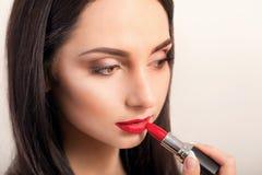 Rossetto rosso Primo piano del fronte della donna con Matte Lipstick On Full Lips rosso intelligente Cosmetici di bellezza, conce fotografia stock libera da diritti