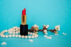 Rossetto rosso Ramoscello con i fiori della mandorla Perle bianche Priorità bassa per una scheda dell'invito o una congratulazion Fotografia Stock Libera da Diritti