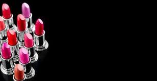 Rossetto Trucco e bellezza professionali Il rossetto tinge il primo piano della tavolozza Rossetti variopinti sopra il nero fotografia stock libera da diritti