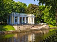 Rossi paviljong på den Mikhailovsky trädgården St Petersburg Royaltyfri Fotografi