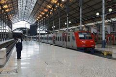 Rossio火车站的平台的人们在里斯本,葡萄牙 免版税库存照片