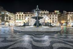 Rossio fyrkant i Lissabon vid natt royaltyfri fotografi