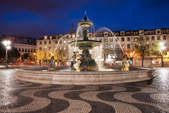 Rossio fyrkant på natten i Lissabon Arkivbilder