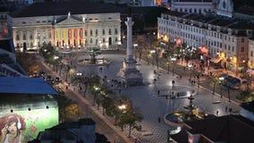 Rossio fyrkant på natten i Lissabon arkivfilmer