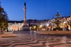 Rossio fyrkant vid natt i Lissabon royaltyfri bild