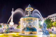 Rossio fyrkantspringbrunn i Lissabon royaltyfria foton