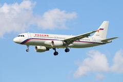 Rossiya航空公司的空中客车A320-214 VQ-BFM在老号衣的反对蓝天 图库摄影