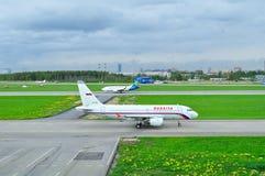 Rossiya航空公司空中客车A319-112和乌克兰国际航空公司波音737-500航空器在普尔科沃S的国际机场 免版税库存照片