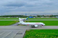 Rossiya航空公司空中客车A319-112和乌克兰国际航空公司波音737-500飞机 免版税库存照片