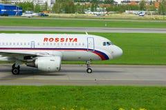 Rossiya航空公司空中客车A319-111航空器在普尔科沃国际机场在圣彼德堡,俄罗斯 免版税库存图片