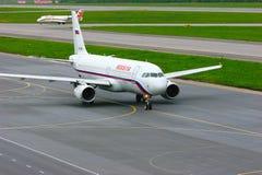 Rossiya Air Company Airbus A320-214 und regionale Flugzeuge Jets CRJ-200 Rusline-Fluglinien-Bombenschützen-Canadairs in Pulkovo I Stockbilder