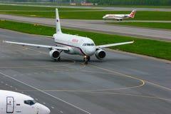 Rossiya Air Company Airbus A320-214 und regionale Flugzeuge Jets CRJ-200 Rusline-Fluglinien-Bombenschützen-Canadairs in Pulkovo I Lizenzfreie Stockbilder
