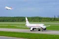 Rossiya-Fluglinien Airbus A319-111 und Schweizer Flugzeuge Fluglinien-Airbusses A320-214 in internationalem Flughafen Pulkovo in  Lizenzfreie Stockfotos