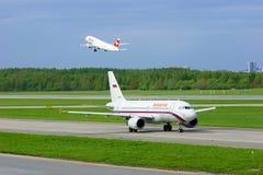 Rossiya-Fluglinien Airbus A319-111 und Schweizer Flugzeuge Fluglinien-Airbusses A320-214 in internationalem Flughafen Pulkovo in  Lizenzfreie Stockbilder