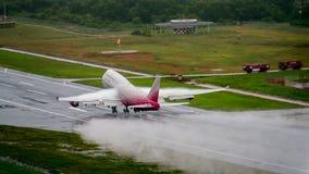 Rossiya-Fluglinienflugzeug, Boeing 747-400, entfernen sich in Phuket a Lizenzfreie Stockfotos