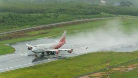 Rossiya-Fluglinienflugzeug, Boeing 747-400, entfernen sich in Phuket a Lizenzfreie Stockfotografie