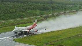Rossiya-Fluglinienflugzeug, Boeing 747-400, entfernen sich in Phuket a Stockfotografie