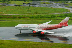 Rossiya-Fluglinienflugzeug, Boeing 747-400, entfernen sich in Phuket a Lizenzfreie Stockbilder
